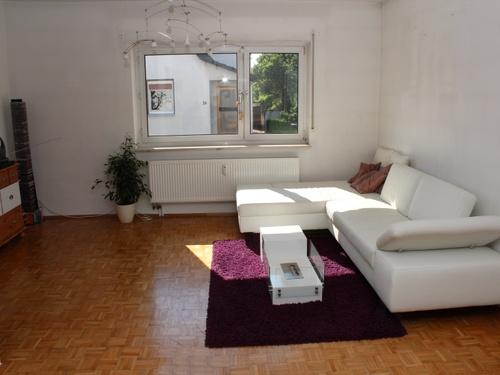 ein friedliches paradies im gr nen schicke wohnung mit balkon und pkw stellplatz bahn 10 minuten. Black Bedroom Furniture Sets. Home Design Ideas